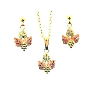 Beautiful Black Hills Gold 3 Leaf earrings & Necklace Pendant Set